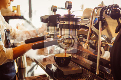 Obraz barista zrobić kawę latte art z ekspres do kawy w kawiarni kawiarni w vintage odcień