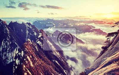 Barwi stonowanego zmierzchu obrazek góra Hua przy zmierzchem, Chiny.