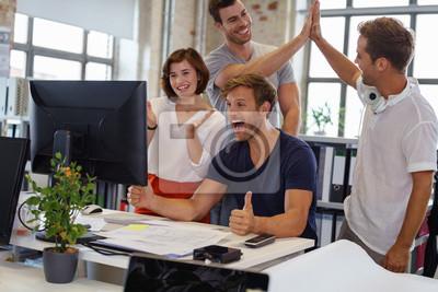 Obraz begeisterte Kollegen im Büro feiern ihren Erfolg