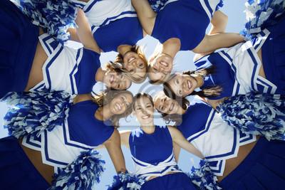 Obraz Bezpośrednio pod strzale szczęśliwych cheerleaders tworzące rwetes przeciwko nieba