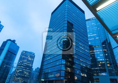 Obraz bezpośrednio poniżej nowoczesnych drapaczy chmur finansowych w centralnym Hong Kongu, niebieski toned, Chiny.