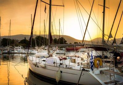 Obraz Białe jachty w zatoce Atenach, w Grecji.