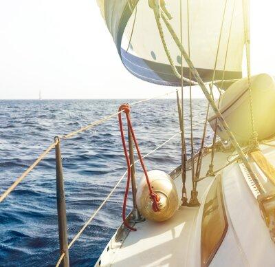 Obraz Białe żagle jachtów na tle morza