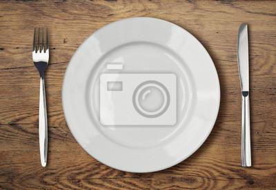 Obraz biały ustawienie pusty talerz na drewnianym stole obiad