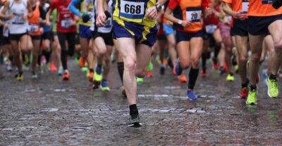 Obraz biegaczy podczas maratonu podczas deszczu