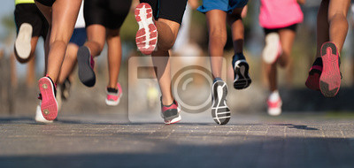 Obraz Biegające dzieci, młodzi sportowcy biegają w biegu dzieci, biegają po miejskich drogach na nogach, biegną w świetle poranka