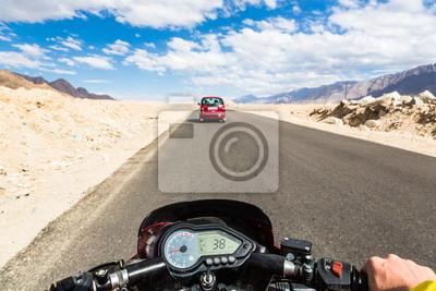 Biker jazdy motocyklem w górskich drogach Ladakh w In