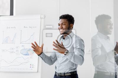 Obraz biznes, edukacja i ludzie pojęć - amerykanina afrykańskiego pochodzenia biznesmen z trzepnięcie mapą przy biurową prezentacją