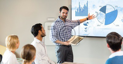 Obraz Biznesmen daje prezentacji do kolegów
