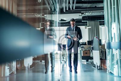 Obraz Biznesmena odprowadzenie przez firmy i używać pastylkę.