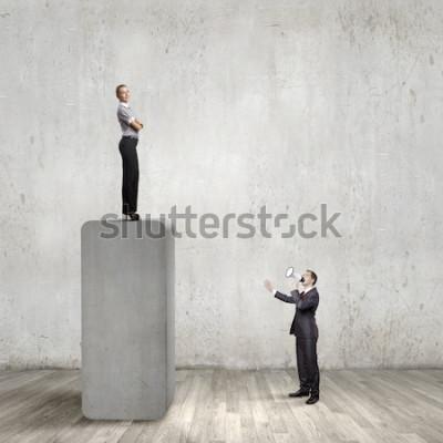 Obraz Bizneswoman pozycja na górze baru i biznesmen krzyczy w megafonie
