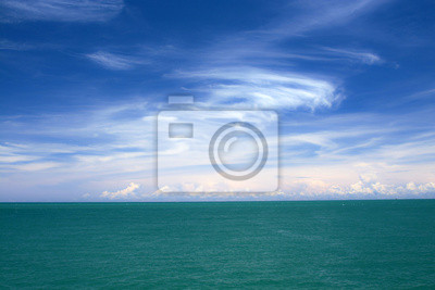 Obraz Błękitne niebo, białe chmury i morza