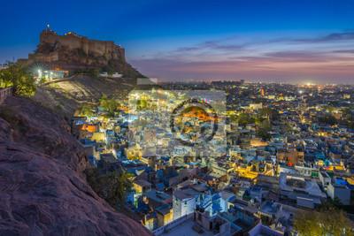 Błękitny miasto i Mehrangarh fort na wzgórzu przy nocą w Jodhpur, Rajasthan, India