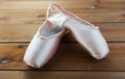 Obraz bliska pointe buty na drewnianej podłodze