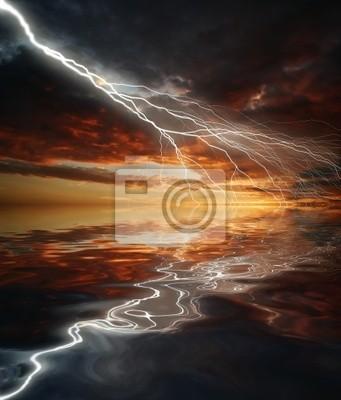 Błyskawica na tle zachodu słońca nieba