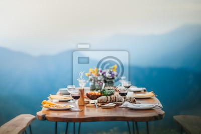 Obraz Bogata romantyczna kolacja na szczycie góry