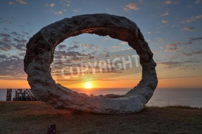 Obraz Bondi, Australia - 25 października 2015; Roczne Sculpture by the Sea darmowe imprezy publicznej. Wystawy pt Otwarty Peter Lundberg z betonu lanego z wczesnym porannym słońcu dotykania jej wschodniej t