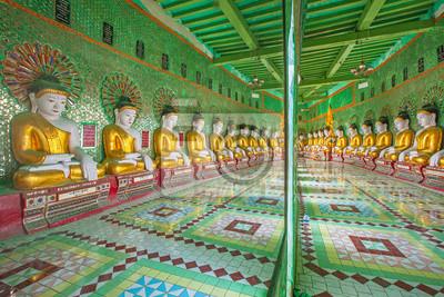 Buddowie i ściany w świątyni, Sagaing wzgórzu, Mandalay, Myanmar