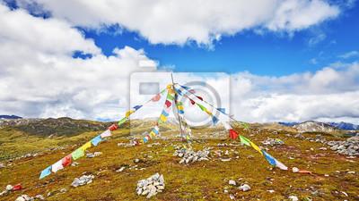 Buddyjskie flagi modlitewne na szczycie góry.