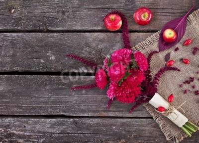 aa32cbd57f2a09 Obraz Bukiet Jesienią. Asters, amarant i jabłka na starym drewnianym ...