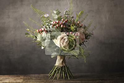 Obraz Bukiet kwiaty na drewnianym stole