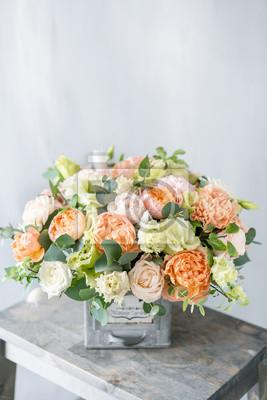 Obraz Bukiet świeżych wiosennych kwiatów na szarym tle ściany. Kwiatowy układ w vintage metalowym wazonie. kwiaciarnia, kwiaciarnia