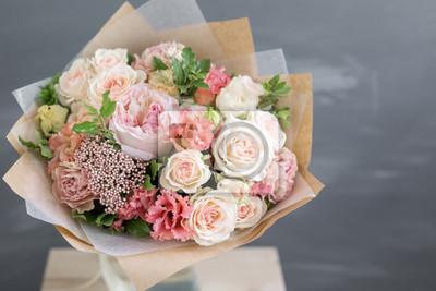 Obraz Bukiet w papierze. Prosty bukiet kwiatów i zieleni