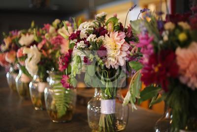 Obraz Bukiety kwiatów panny młodej i druhny w wazonach na pasku - różowe, białe, zielone i fioletowe kompozycje kwiatowe weselne