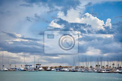 Burzowe chmury nad marina w Port De Alcudia, Mallorca.