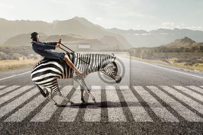 Obraz Businesswoman jazdy zebry. Różne środki przekazu