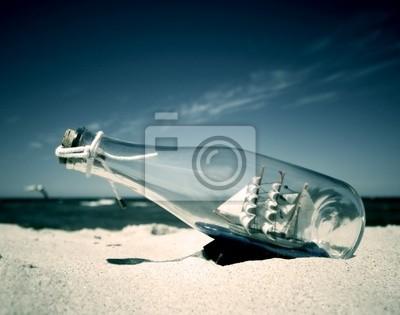 Butelka z okrętu wewnątrz leżeć na plaży. Koncepcyjne obrazu