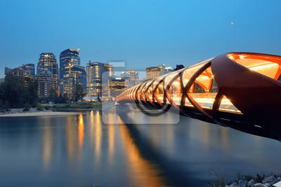 Calgary miasta z mostu Pokoju i drapacze chmur centrum miasta w Albercie o zmierzchu, Kanada.