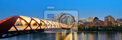 Calgary miasta z mostu Pokoju i drapacze chmur centrum miasta w nocy w Alberta, Kanada.