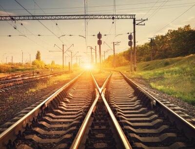 Obraz Cargo platforma kolejowa o zachodzie słońca. Kolej na Ukrainie. sta kolejowy