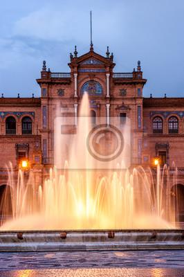 Centralne źródło popularnego placu Hiszpanii, podczas mętne słońca. Na placu znajduje się w mieście Andaluzji Sewilli
