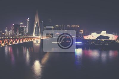 Centrum miasta Chongqing ściemniał w nocy smog, zastosowano tonację kolorową, Chiny