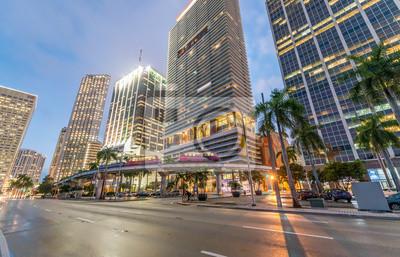 Centrum miasta Miami o zmierzchu. Budynki miasta na tle nieba