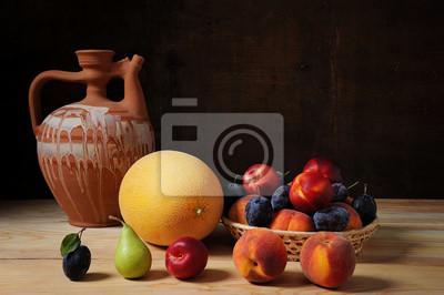 Obraz Ceramiczna karafka i różne świeże owoce