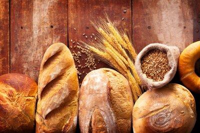 Obraz Chleb pieczony na drewnianym stole tle