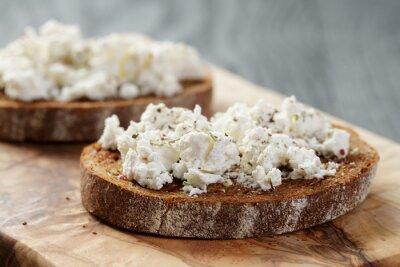 Obraz chleb żytni z czosnkiem i tartego sera ricotta