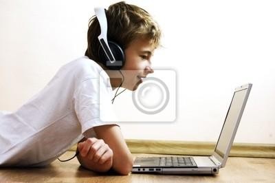 Chłopiec spędzać czas z notatnika i nowoczesnych technologii