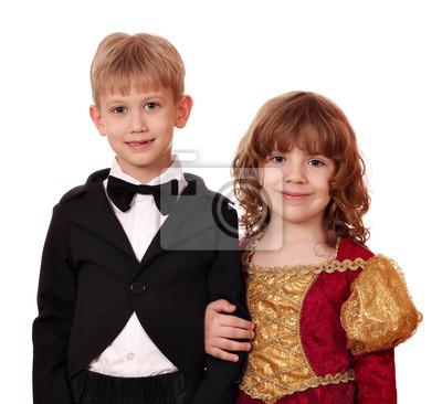 Chłopiec w smokingu i dziewczynka w złotej sukni stwarzające