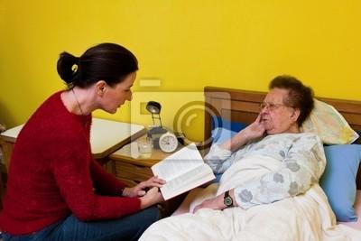 Chora staruszka odwiedza