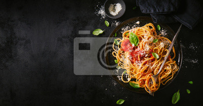 Obraz Ciemny talerz z włoskim spaghetti na ciemny