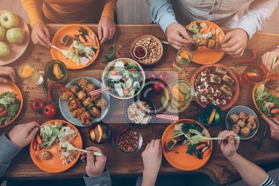 Obraz Cieszący kolację z przyjaciółmi.