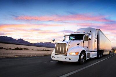 Obraz Ciężarówka i autostrad na zachodzie słońca - transport tła