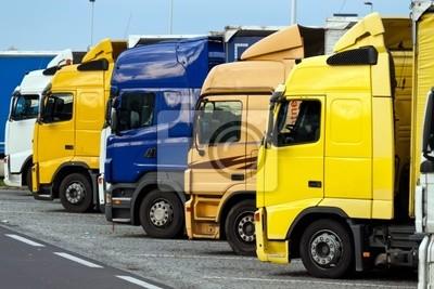 Ciężarówki na parkingu autostrady