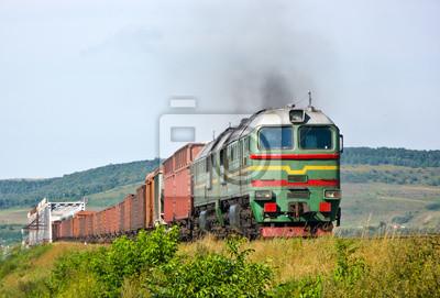 Ciężki pociąg towarowy ciągnięty przez lokomotywę Diesla