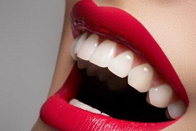 Obraz Close-up happy kobieta uśmiech ze zdrowymi białymi zębami