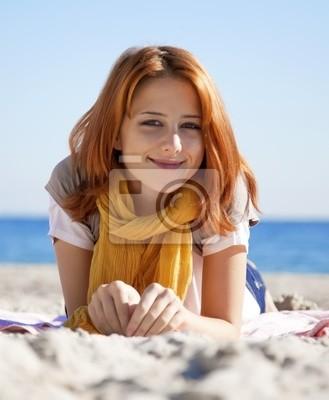 Close-up portret leżącej rudowłosa dziewczyna